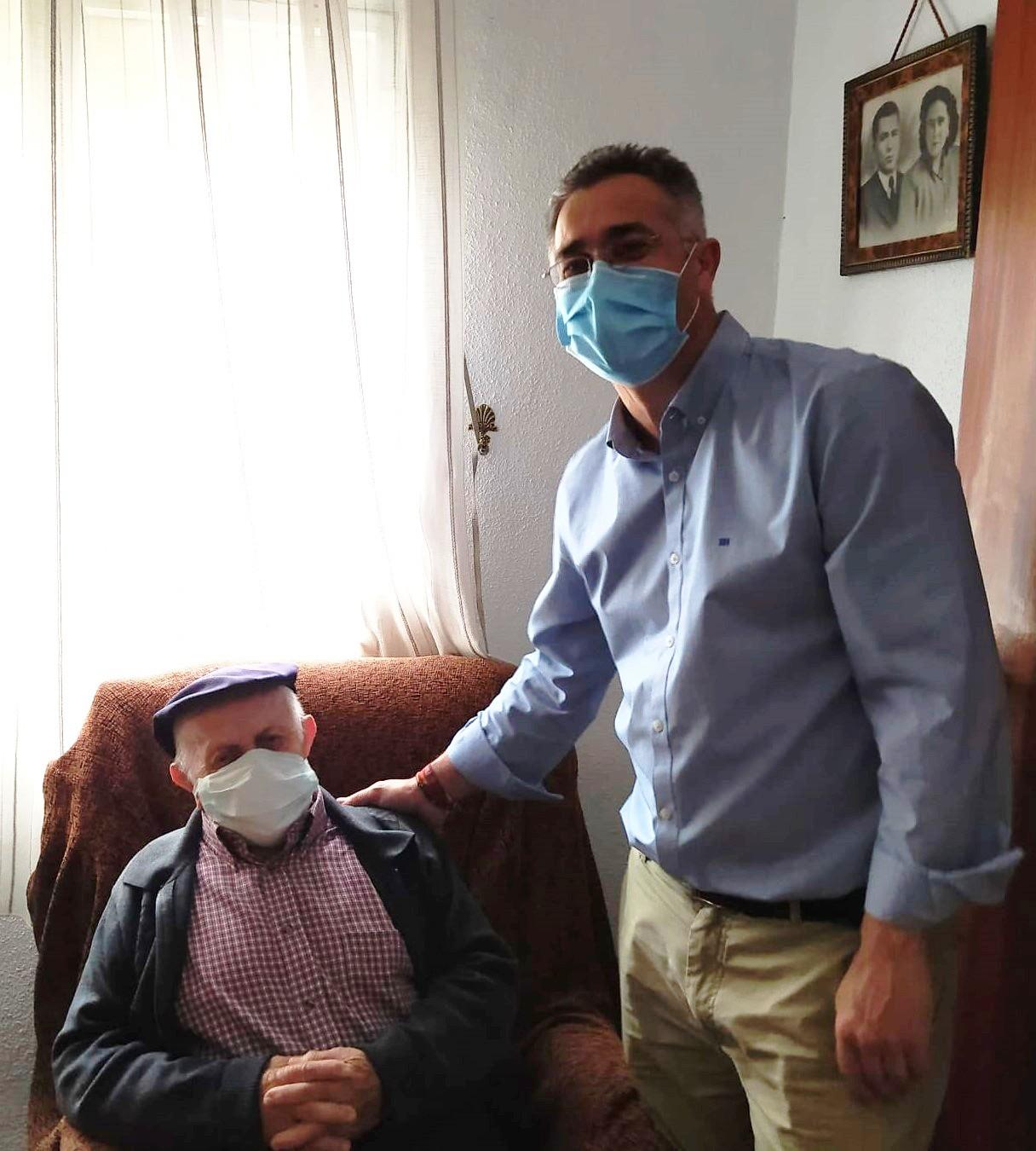 El alcalde de Olula del Río junto a Guillermo Domene vecino de 90 años que está recibiendo este servicio